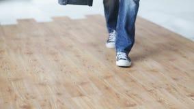 Ciérrese para arriba de la caja de herramientas que lleva y de irse del hombre almacen de metraje de vídeo