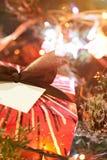 Ciérrese para arriba de la caja de regalo de la Navidad Foto de archivo