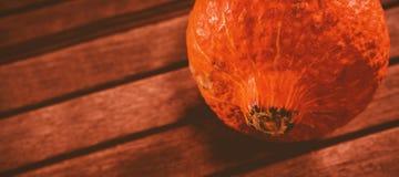 Ciérrese para arriba de la calabaza en la tabla durante Halloween Foto de archivo libre de regalías