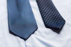 Ciérrese para arriba de la camisa y de lazos modelados azul Fotografía de archivo
