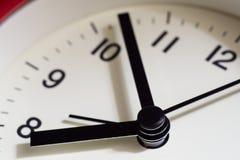 Ciérrese para arriba de la cara roja del despertador, ascendente cercano del tiempo Imagen de archivo libre de regalías