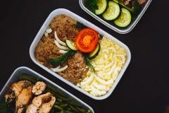 Ciérrese para arriba de la carne y de las verduras en envases en el fondo negro, visión superior bocado, cena, imágenes de archivo libres de regalías