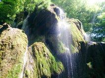 Ciérrese para arriba de la cascada hermosa y fantástica en montaña Foto de archivo libre de regalías