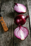 Ciérrese para arriba de la cebolla roja cortada y de la cebolla roja entera Foto de archivo libre de regalías