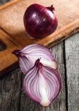 Ciérrese para arriba de la cebolla roja cortada y de la cebolla roja entera Fotografía de archivo