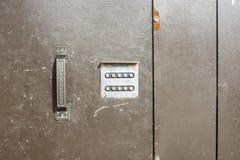 Ciérrese para arriba de la cerradura de combinación numérica en la entrada fotografía de archivo libre de regalías