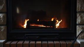 Ciérrese para arriba de la chimenea ardiente en casa almacen de video