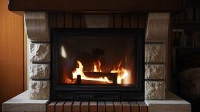 Ciérrese para arriba de la chimenea ardiente en casa metrajes