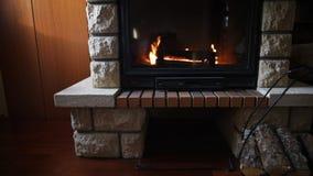 Ciérrese para arriba de la chimenea ardiente en casa almacen de metraje de vídeo