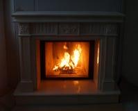 Ciérrese para arriba de la chimenea ardiente en casa Imagen de archivo