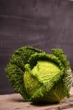 Ciérrese para arriba de la col de col rizada orgánica en el fondo de madera Imagen de archivo libre de regalías