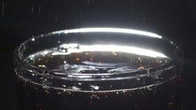Ciérrese para arriba de la cola y de las burbujas en un vidrio almacen de metraje de vídeo