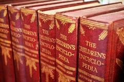 Ciérrese para arriba de la colección de libros de la enciclopedia del ` s de los niños foto de archivo libre de regalías
