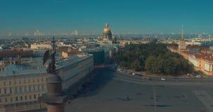 Ciérrese para arriba de la columna de Alexander, construido entre 1830 y 1834 en cuadrado del palacio, en St Petersburg, Rusia almacen de metraje de vídeo