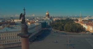 Ciérrese para arriba de la columna de Alexander, construido entre 1830 y 1834 en cuadrado del palacio, en St Petersburg, Rusia almacen de video