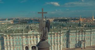 Ciérrese para arriba de la columna de Alexander, construido entre 1830 y 1834 en cuadrado del palacio, en St Petersburg, Rusia metrajes