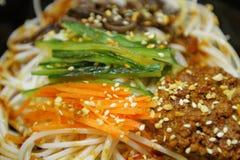 ciérrese para arriba de la comida del estilo chino en el plato fotografía de archivo