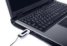 Ciérrese para arriba de la computadora portátil con memoria del usb-flash imágenes de archivo libres de regalías