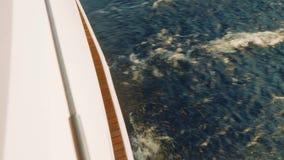 Ciérrese para arriba de la corriente del tornillo de la agua de mar detrás de defensas del yate de la navegación metrajes