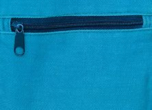 Ciérrese para arriba de la cremallera en fondo del bolso azul Fotos de archivo
