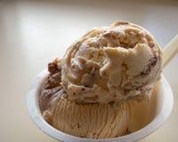 Ciérrese para arriba de la cucharada del hielo del helado de la vainilla y de chocolate fotos de archivo libres de regalías