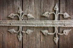Ciérrese para arriba de la decoración antigua vieja hermosa del ornamento de metal en puerta de madera marrón resistida Fotografía de archivo libre de regalías