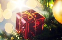 Ciérrese para arriba de la decoración de la caja de regalo en el árbol de navidad Fotografía de archivo libre de regalías