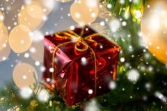 Ciérrese para arriba de la decoración de la caja de regalo en el árbol de navidad Fotografía de archivo