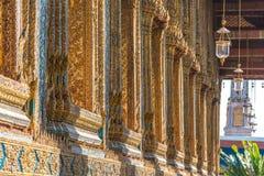 Ciérrese para arriba de la decoración de la pared del mosaico del palacio en Bangkok Foto de archivo