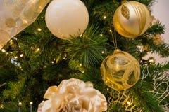 Ciérrese para arriba de la decoración del árbol de navidad con la bola de oro y blanca Imagen de archivo