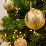 Ciérrese para arriba de la decoración del árbol de navidad con la bola de oro y blanca Imagenes de archivo