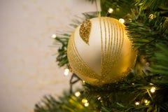 Ciérrese para arriba de la decoración del árbol de navidad con la bola de oro y blanca Fotos de archivo libres de regalías