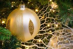 Ciérrese para arriba de la decoración del árbol de navidad con la bola de oro y blanca Fotografía de archivo