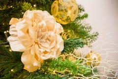 Ciérrese para arriba de la decoración del árbol de navidad con flujo de oro y blanco Imagen de archivo libre de regalías