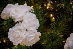 Ciérrese para arriba de la decoración del árbol de navidad con las flores blancas Fotografía de archivo libre de regalías