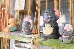 ciérrese para arriba de la decoración divertida linda de las muñecas de la arcilla en el lepisosteus tropical Fotografía de archivo libre de regalías