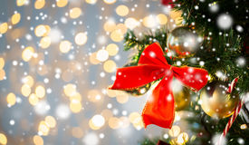 Ciérrese para arriba de la decoración roja del arco en el árbol de navidad Fotografía de archivo libre de regalías