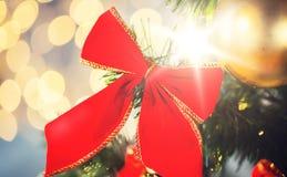 Ciérrese para arriba de la decoración roja del arco en el árbol de navidad Fotografía de archivo