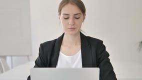 Ciérrese para arriba de la empresaria joven Typing en el ordenador portátil metrajes