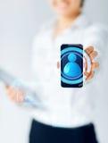 Ciérrese para arriba de la empresaria que muestra smartphone Imagenes de archivo