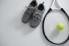 Ciérrese para arriba de la estafa con la pelota de tenis por el zapato de los deportes Fotos de archivo