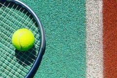 Ciérrese para arriba de la estafa y de la bola de tenis en el campo de tenis Imágenes de archivo libres de regalías