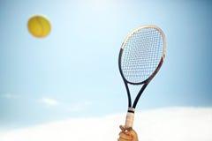 Ciérrese para arriba de la estafa y de la bola de tenis en la acción Fotografía de archivo