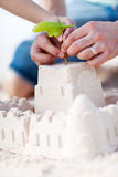 Ciérrese para arriba de la fabricación del castillo de arena Foto de archivo