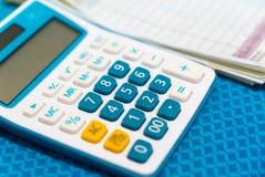 Ciérrese para arriba de la falta de definición del recibo de la calculadora y de efectivo en fondo Imagen de archivo libre de regalías