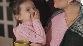 Ciérrese para arriba de la familia feliz que abraza en el pórtico Muchacha que sonríe en la cámara en la cámara lenta almacen de metraje de vídeo