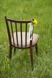 Ciérrese para arriba de la flor adornada en silla del vintage de la boda outdoor Imagen de archivo