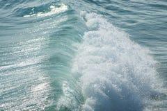 Ciérrese para arriba de la fractura de la ola oceánica Fotografía de archivo libre de regalías