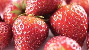 Ciérrese para arriba de la fruta de la fresa giran metrajes