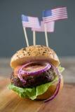 Ciérrese para arriba de la hamburguesa con la bandera americana Imágenes de archivo libres de regalías